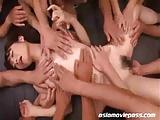 美少女が大勢のチンポに包囲されて大量ザーメンぶっかけられるw