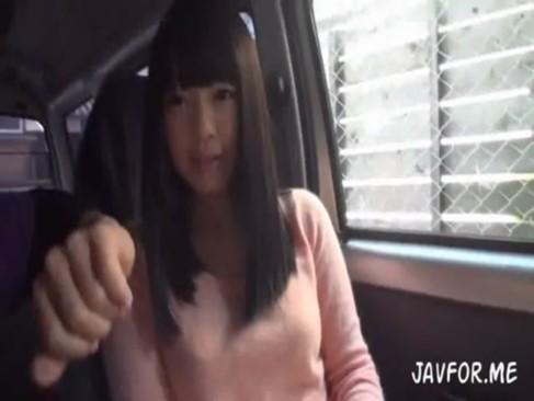 カワイイ笑顔の黒髪清楚な娘にドライブデートフェラ