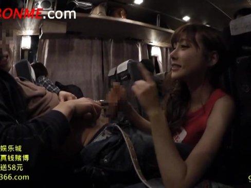 深夜バスに乗り合わせたAV女優の明日花キララが勃起チンポを手コキ&フェラ!