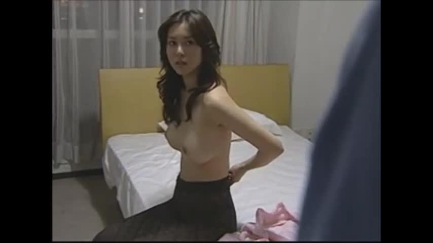 【誘惑エロ動画】部屋を見られてると分った女が服を脱いで誘惑w