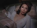 美人すぎるお母さんを夜這いレイプ!お父さんが横で寝てるのに禁断の中出し近親相姦!