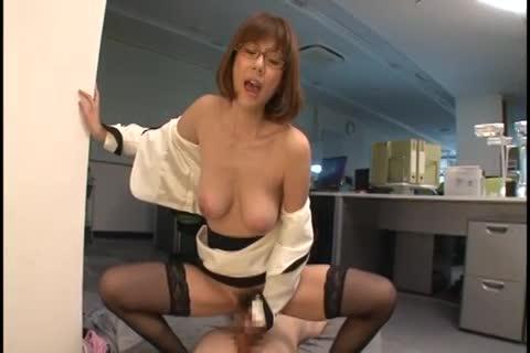 巨乳痴女上司が部下を誘惑して騎乗位で腰を振りまくる!