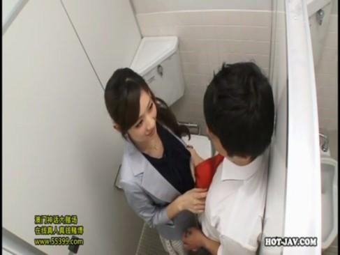 自分から男を誘惑してトイレでハメ倒すド淫乱女教師!