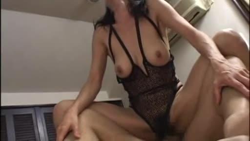 セックスを楽しむ社長婦人の熟女人妻