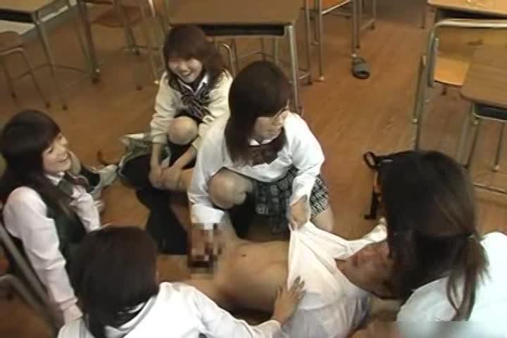 教室内でJKが根暗男子を集団逆レイプ!乱交開始っ!!