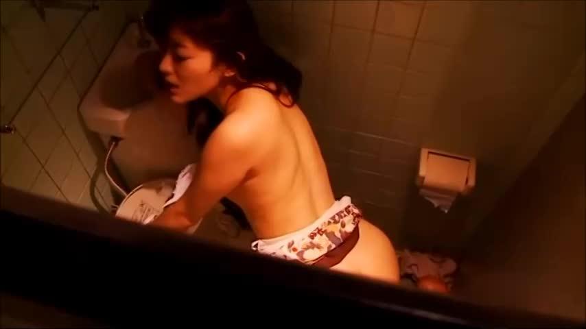 公衆トイレで痴漢に感じまくる変態痴女