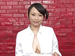 インタビュー中にも胸をいじられる女性キャスター女性