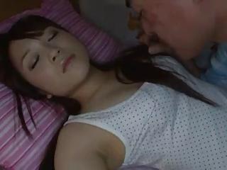 眠っている娘を夜這いして近親相姦レイプする鬼畜親父!