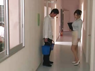 爆乳女教師が廊下に立たされてる生徒のチンポもついでに勃たせちゃうwwwwwww
