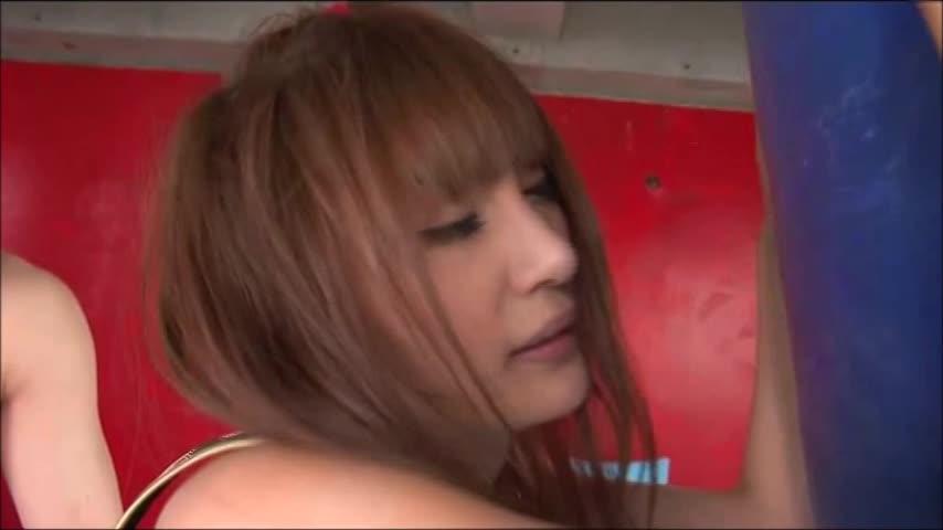 ボクサーをカラダを使って必死に応援する巨乳美女ww