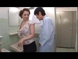 デカ尻豊満ボディの痴女医が患者を尻コキで責めまくって発射!