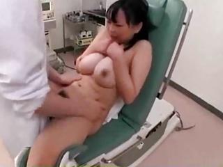 むちむちロケット巨乳美少女が悪徳医師に分娩台でチンコ挿入される衝撃映像
