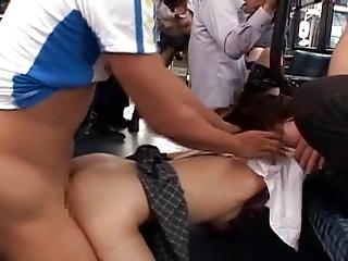 バスに乗ってきた女子校生を集団で中出しレイプするw