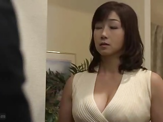いきなり訪ねてきた職場の若い男を自宅に入れて激しく絡みあう巨乳熟女
