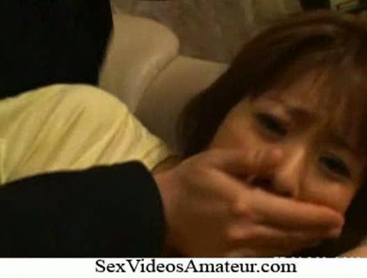 酔ってソファーで眠る巨乳美女が自宅に侵入してきた男にレイプされるw