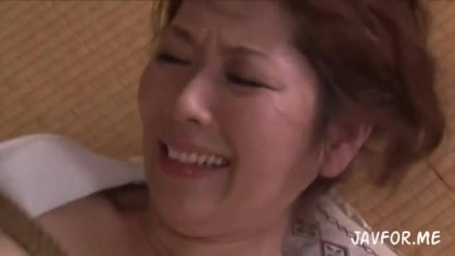 夫の遺影の前で義父にレイプされてしまう人妻翔田千里