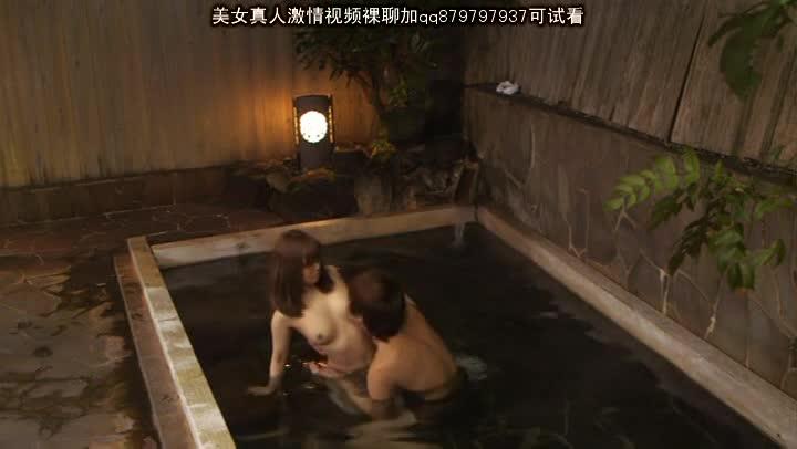 30代には見えない可愛い美人妻がイケメン君と混浴風呂でラブエッチ
