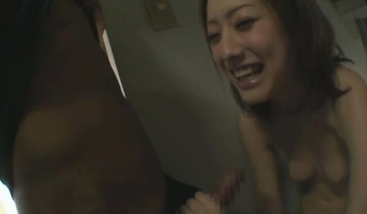 羽田あいちゃんをマンションの廊下で立ちバックハメ撮り