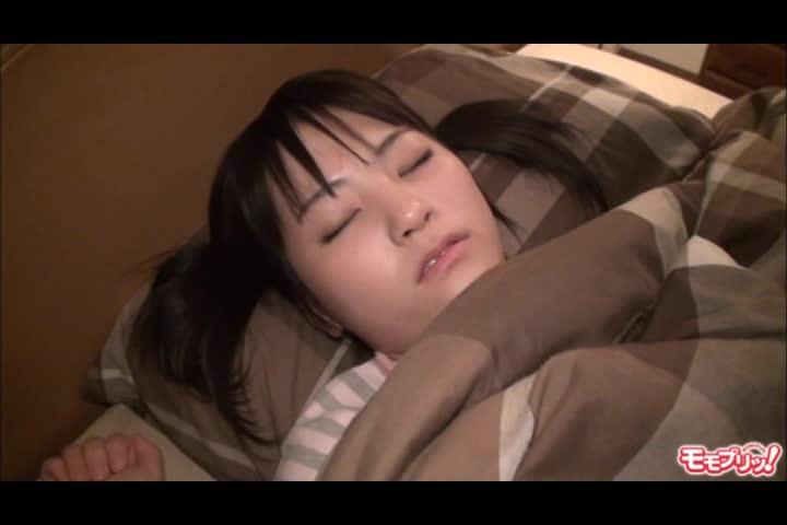 【近親相姦エロ動画】寝ている妹のパイパンマンコにチンコ擦り付けてぶっかけw
