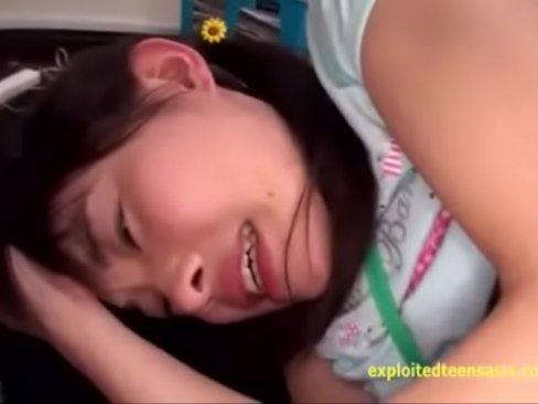 初芽里奈チャンという未成熟なパイパンロリ美少女に精子顔面シャワー