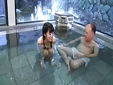 ロリの素人女性の中出しエロ動画無料。ロリ娘に旅行先の温泉で発情して中出し近親相姦するクズ親父