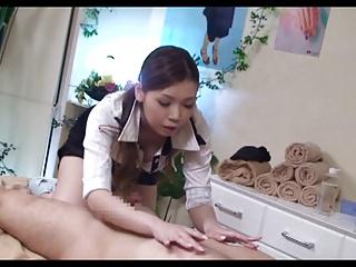 痴女の手コキエロ動画無料。「あーほら、凄い出てますよw」痴女すぎるエステ嬢が客チンポを手コキ抜きw