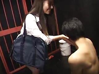 「ほら、我慢しないとw」ドSな痴女JKが檻に繋いだM男をチングリ手コキで強制オウンゴールw