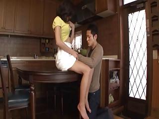 人妻の不倫エロ動画無料。平日の昼間に不倫相手自宅に連れ込みリビングでハメまくる不貞人妻
