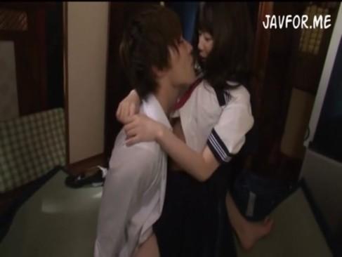 鈴木一徹くんや玉木玲くんと校舎の人気のないところでラブラブエッチをする制服姿の女の子