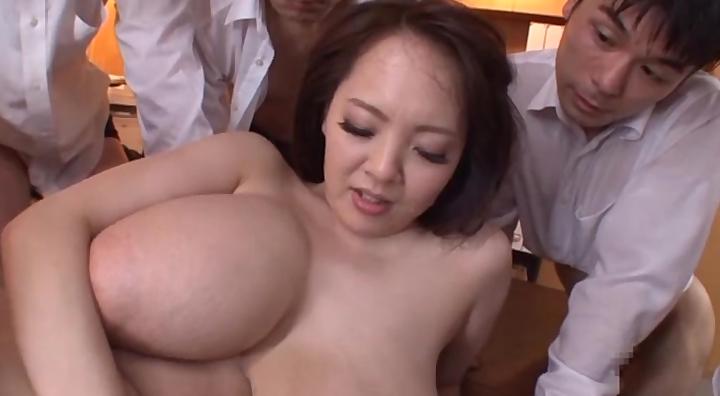 田中瞳が爆乳を揺らしながら次々にチンポをハメられる!