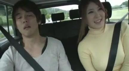 色白なデカパイ彼女と車デート→我慢できずに車内で生ハメ開始w