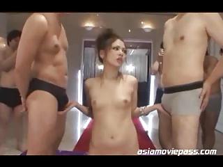 【ギャルエロ動画】美人ギャルが男に囲まれながら3Pしてる