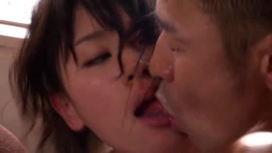 超美人若妻が情熱的な愛のセックス!