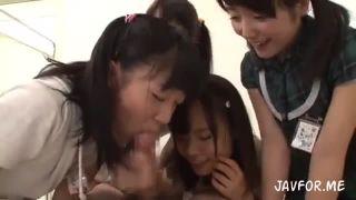 好奇心旺盛なロリ少女達に襲われて手コキ抜きされる幸せなロリコン教師
