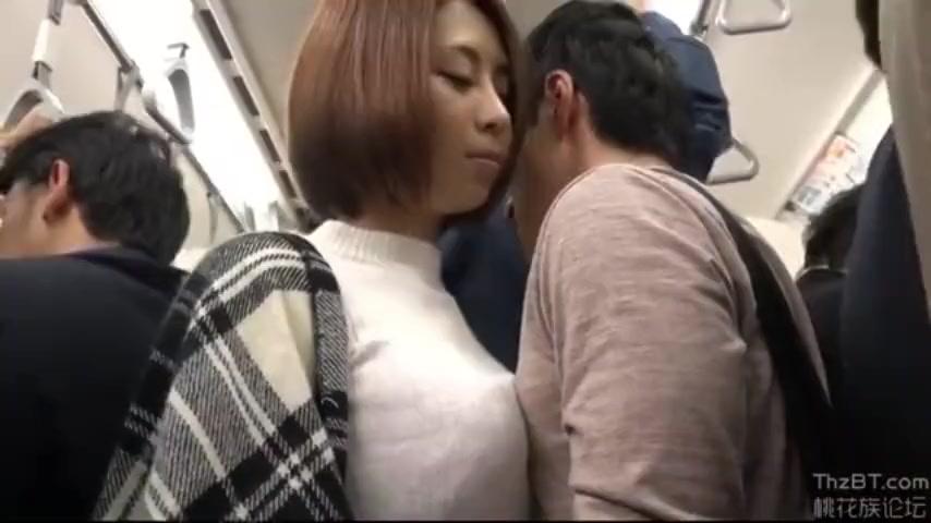 【痴女】「んっ…声出ちゃう」電車内で若い男を見つけて逆痴漢に及ぶ変態女w