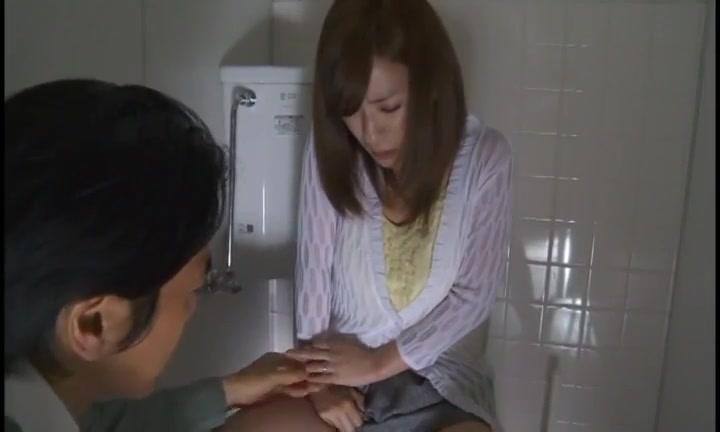 見知らぬ男にトイレに押し込まれレイプされるかすみ果穂