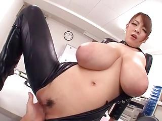 爆乳Hitomiがオッパイを揺らしまくりながらアヘ顔でイキまくりw