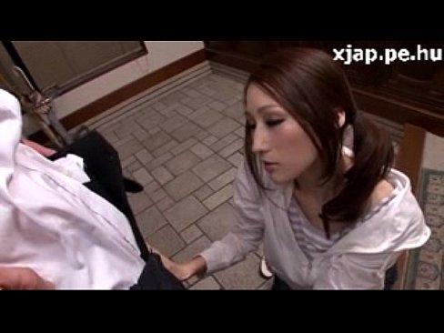酔ったJULIAが昼間から誘惑し玄関先でパイズリ奉仕