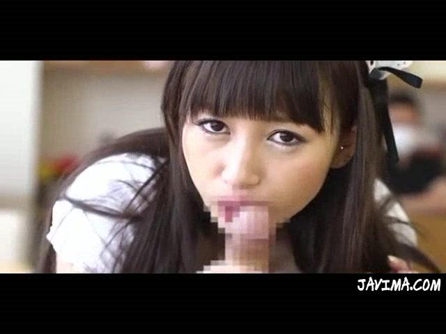 メイドコスの童顔美少女が人に見られそうなシチュでノーハンドフェラ抜きごっくん!