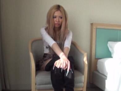 【ギャルエロ動画】巨乳の美人なギャルが、長い爪で起用にチンコ弄ってフェラしてくるw