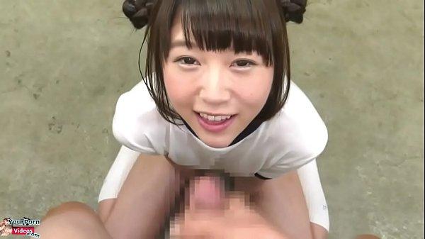 体操服にブルマな女の子がニコニコ笑いながらチンコをご奉仕