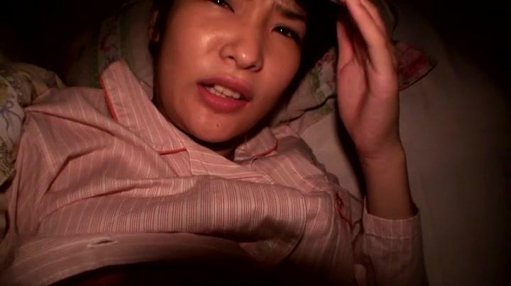 【夜這いエロ動画】寝てる女の子に悪戯してたら起きちゃったからそのままハメちゃったw