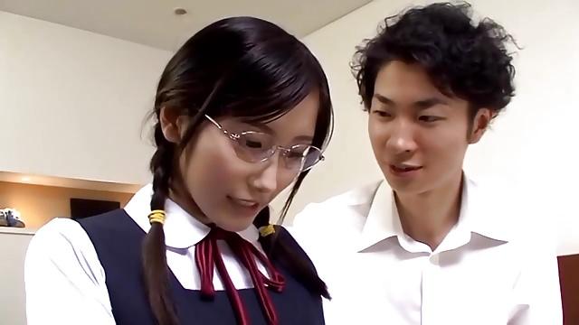 真面目で優等生なメガネっ娘JKが初めてなのに強引にザーメン生中出し