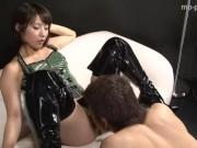 セクシーコスチュームの女王様が前立腺攻め手コキ