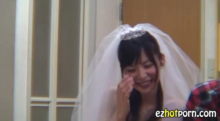 結婚式の余韻に浸りたい新婚美人妻がウェディングドレス姿で手コキフェラ抜き