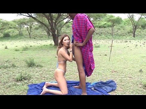 アフリカ原住民マサイ族の黒チンポを挿入される日本人ギャル