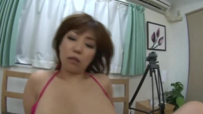 【熟女エロ動画】爆乳の熟女が乳揺らしながら男の上でアヘってるぞw