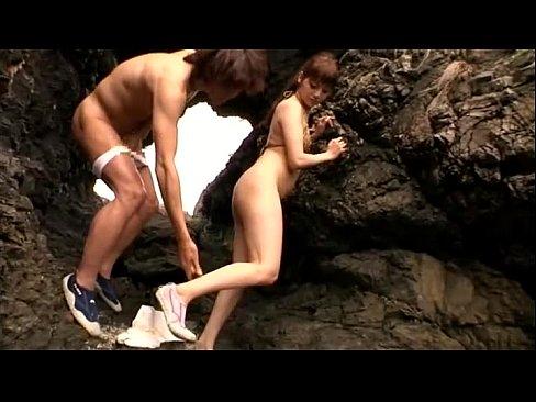 みづなれいのビキニ姿に興奮して岩場に誘って隠れて青姦セクロス