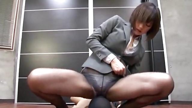 黒髪ショトカのぐうかわ女性社員→ねっとりフェラ&着衣下半身コキで絶頂射精