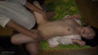 ロリ顔の少女がオッサンにハメられてる凄い映像・・・